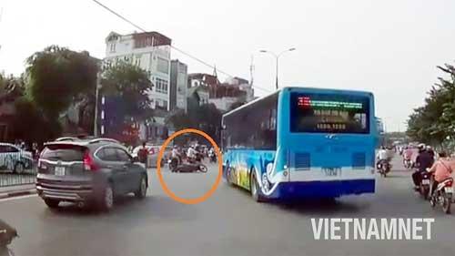 Xe buýt hất văng xe máy khi đột ngột quay đầu